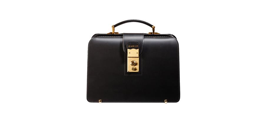 普段使いもしやすいミニサイズのダレスバッグ。カジュアルにも持ちやすくプレゼントにも最適