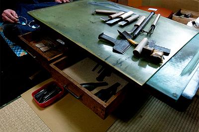 黒川鞄工房「匠の技」シリーズが生み出される作業机