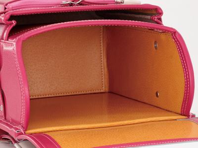 高級鞄の証、丈夫で教材にもやさしい豚革の内装